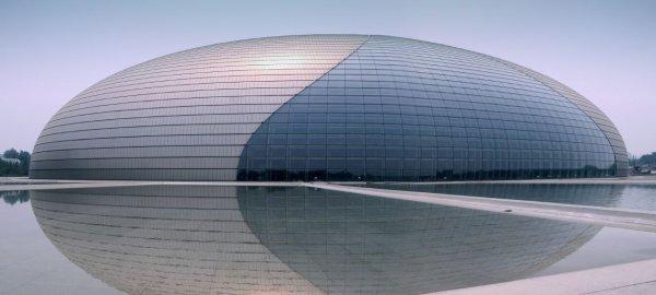 estrutura arquitetônica com titânio e vidro
