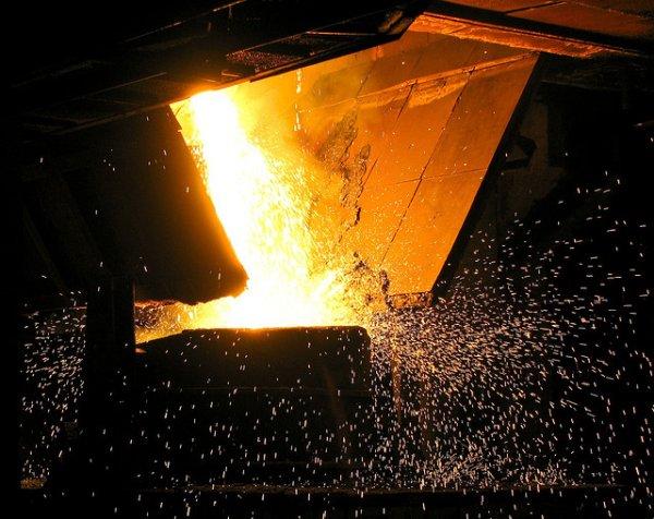 metal fundido em metalurgia