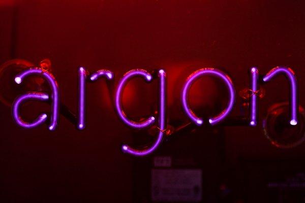 brilho roxo do argônio
