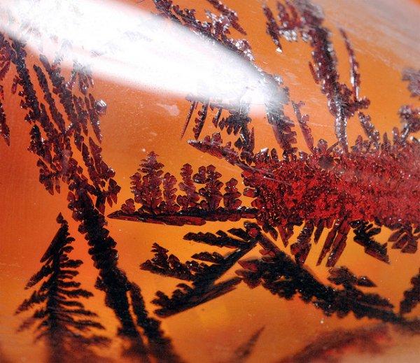 cristais com cor vermelha do elemento bromo