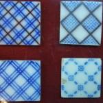 azulejos com detalhes em azul e preto