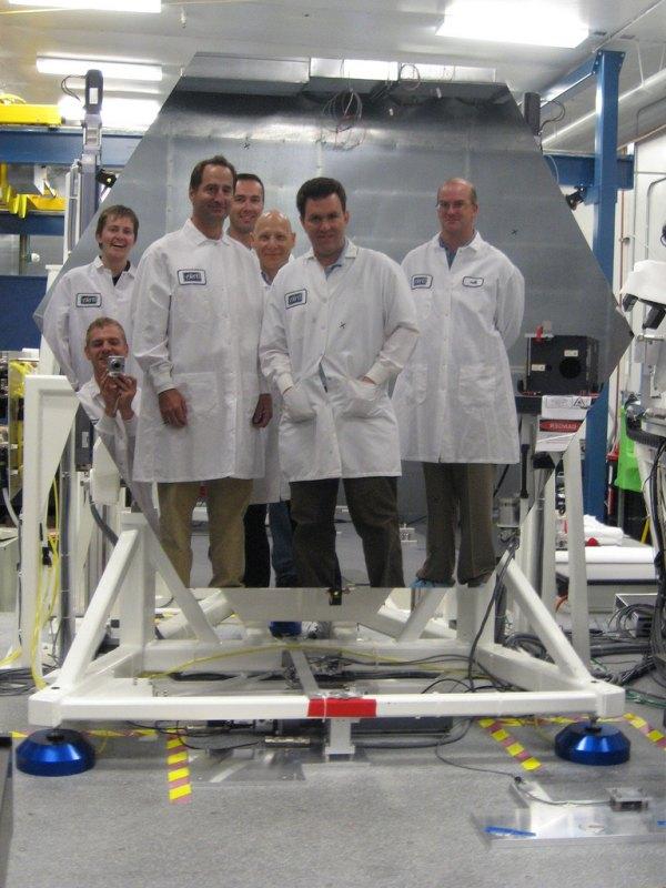 fotografia de um grupo de cientistas em frente ao espelho