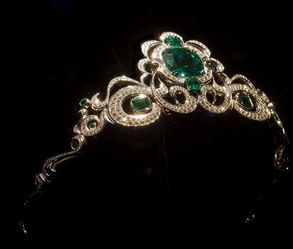 tiara valiosa feita com o metal platina