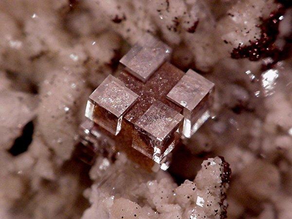 cubo semitransparente de mineral contendo flúor