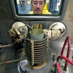 homem realiza experimentos com material radioativo