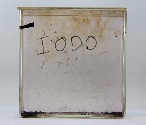 caixa de vidro com cristais de iodo