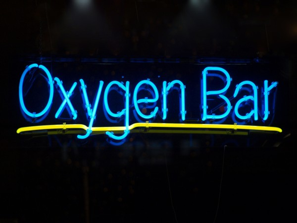 letreiro luminoso escrito oxygen bar