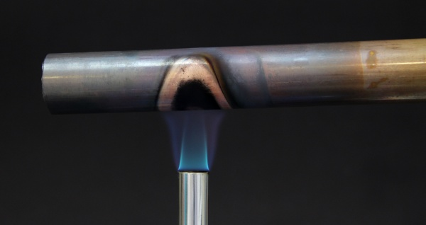 tubo de cobre em chama