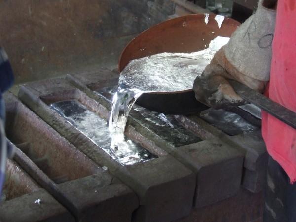derramando alumínio líquido em moldes