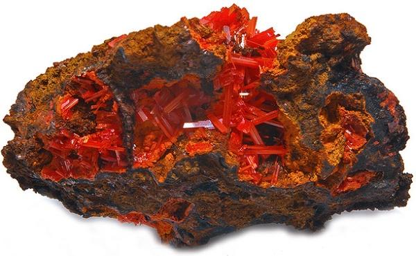 rocha com cristais vermelhos