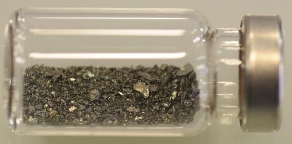 cristais do metal dentro de um frasco de vidro
