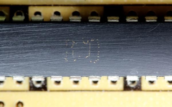 macrofoto de um chip lixado até aparecer os fios internos