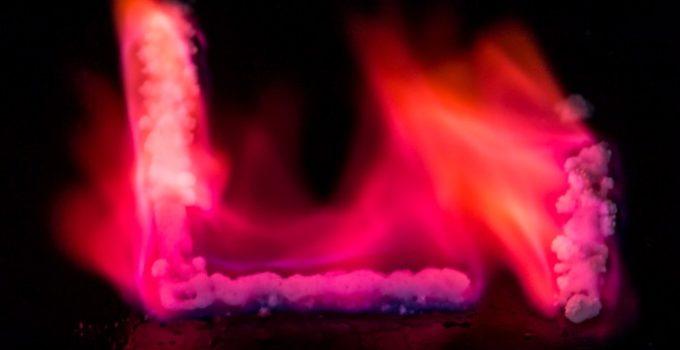 letras Li queimando com chama vermelha