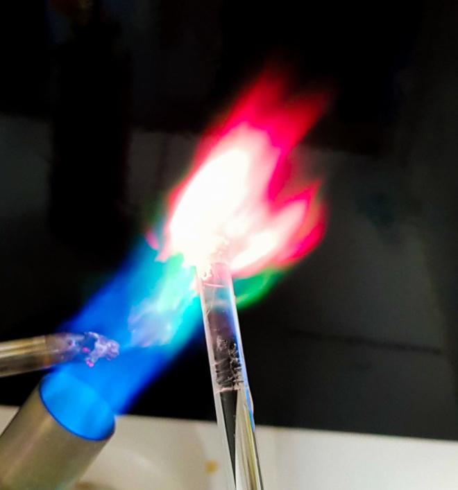 mistura de cores em teste de chama